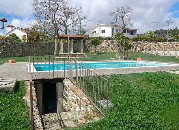Piscina en Vilar de Mouros con ducha corona de piedra y madera y escalera de obra