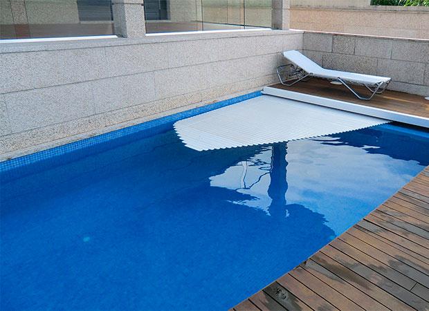 Piscina en Samil con escalera de obra corona de madera y cubierta de piscina
