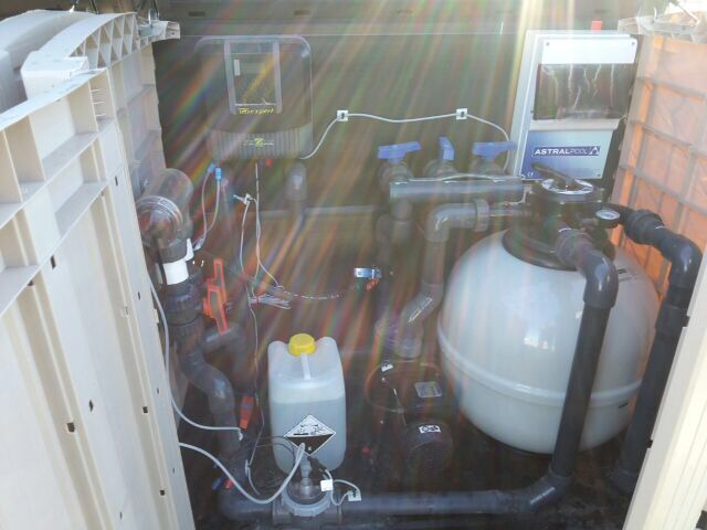 Piscina con banco de hidromasaje y bomba de calor en Melide.